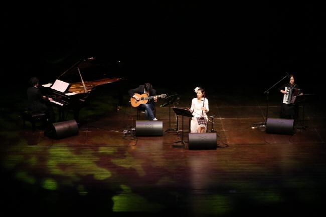 피아노 이건민, 기타 유웅렬, 해금 및 해설 꽃별, 아코디언 박혜리