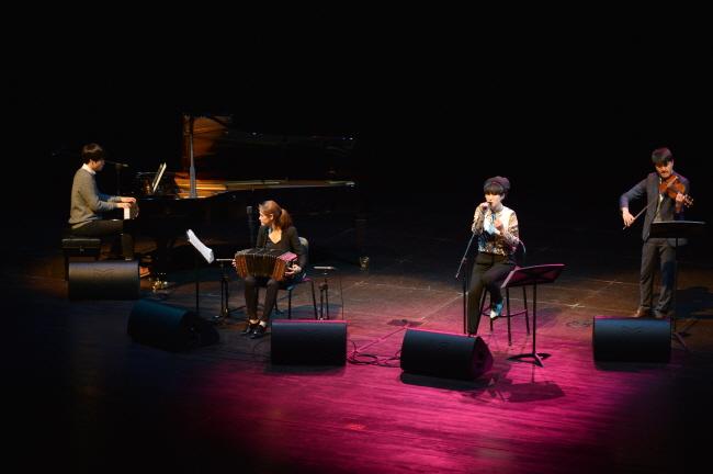 피아노 최문석, 반도네온 고상지, 보컬 선우정아, 바이올린 윤종수
