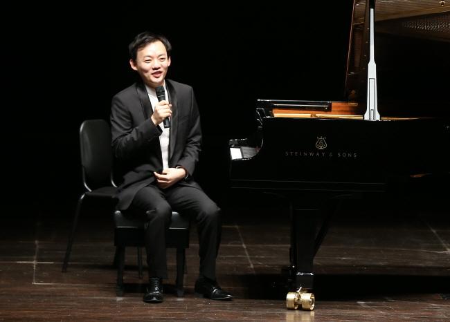 피아노 및 해설 윤홍천